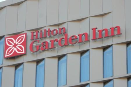 Enseigne et logo du Hilton Garden Inn à Bordeaux - Semios
