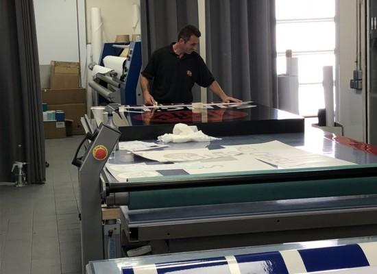 Atelier de fabrication d'enseignes, signalétique et décoration de l'agence de Paris