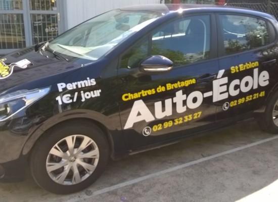 Marquage d'un véhicule auto-école par Semios