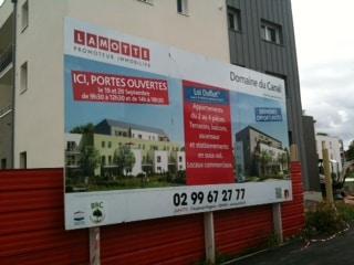 Fabrication de panneaux de chantiers dans l'atelier de l'agence Semios de Rennes